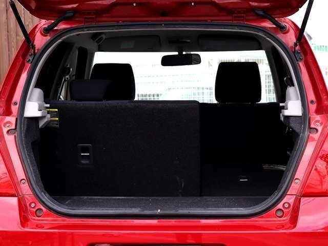 リアシートはヘッドレストを外すことなく収納が可能となっており後部座席に乗りながら長い荷物や大きな荷物を載せることできます♪用途に合わせて使えるのが嬉しいですね★
