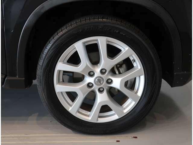 タイヤサイズは225/55R18☆純正のアルミホイール装着です♪