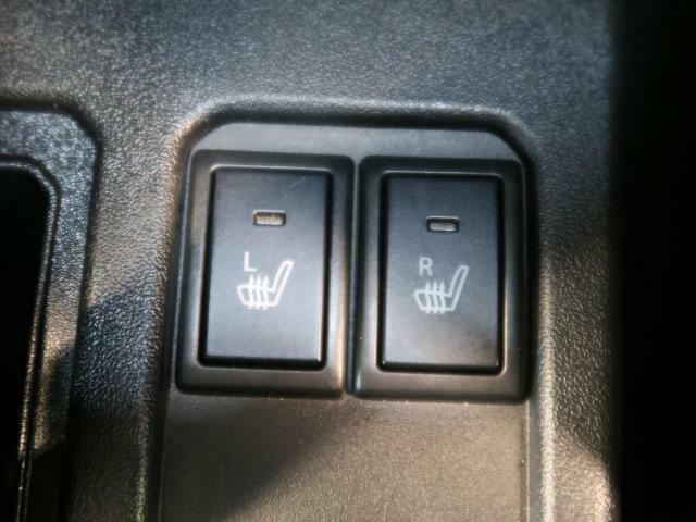 【前席シートヒーター】エアコンの温風で体を温めることとは異なり、車内の乾燥を防ぎつつ体もポカポカです。