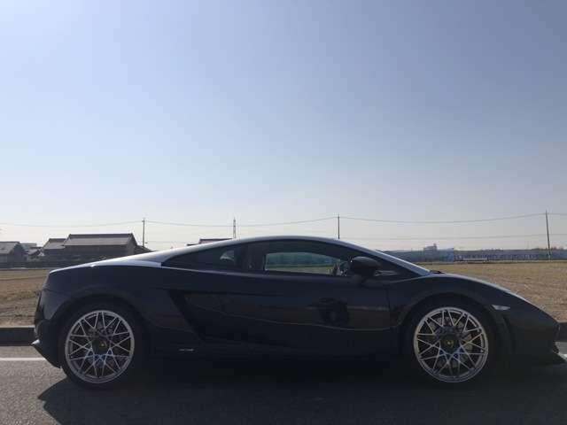 おしゃれなカラーリングの限定車NOCTIS 3台しか無いという記事が。程度も当たり前に良いですがNOCTIS専用の内装が通常のガヤルドの革シートより、汚れにも経年劣化にも強いスウェードなのがお気に入りです。