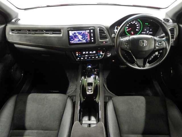 【フロント席】座ると先ず大きなフロントガラス周りに解放感を感じ頂けます!また色彩も鮮やかでカッコ良いスピードメーターパネルや質感のある計器類、高級感と座り心地の良いシートにご満足頂けます
