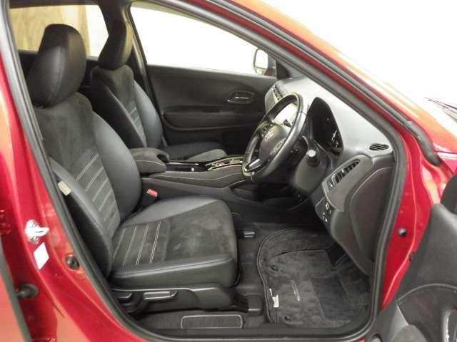 【運転席】更にワンランク上の高級車の様なゆったりしたシート!高級感を更に高める本革巻きハンドル、ブラックを主とした内装にご満足して頂けます!