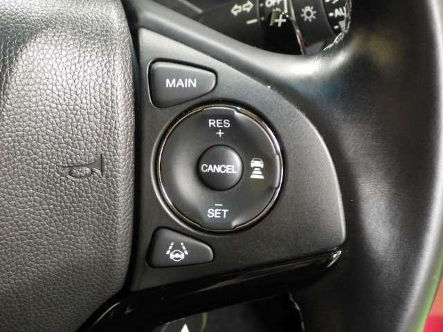 【右ハンドルスイッチ】高速道路走行時便利なクルーズコントロール装置、アクセル操作なしでも車が自動でスピードと前車との車間距離を設定し一定に保ってくれる機能とLKAS(車線維持支援システム)作動スイッチです