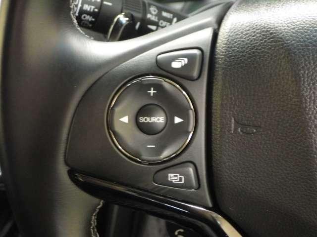 【左ハンドルスイッチ】走行中にハンドルから手を離さず安全にオーディオのソースやボリューム、チャンネル、CDトラックの先送り戻し操作、ナビの音声操作ハンズフリーの通話も操作出来ます
