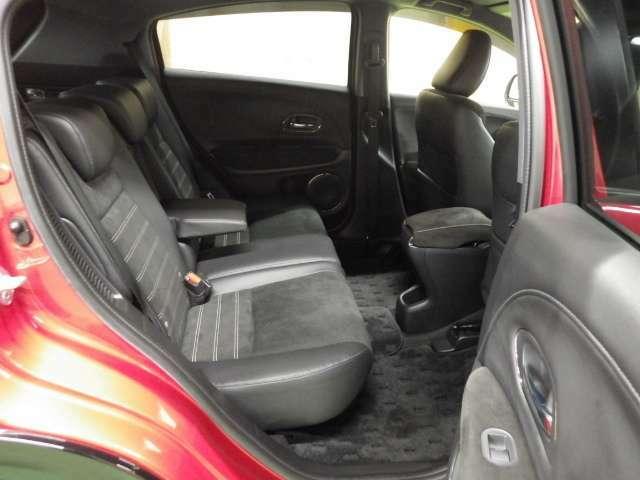 【リア席】厚めで幅広い背面と座面!足元も広々としており長距離ドライブも楽ちん!ストレスなく快適に過ごせます♪