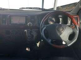 運転席回りは木目調パネルが付いております。