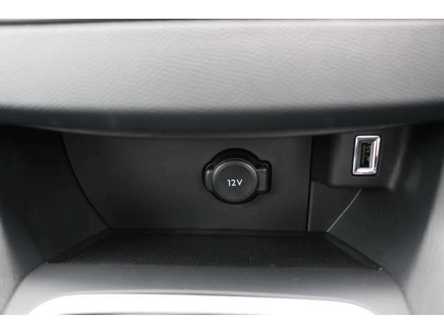 12V電源ソケット・USBポートを装備。【PEUGEOT一宮:0586-26-1611】