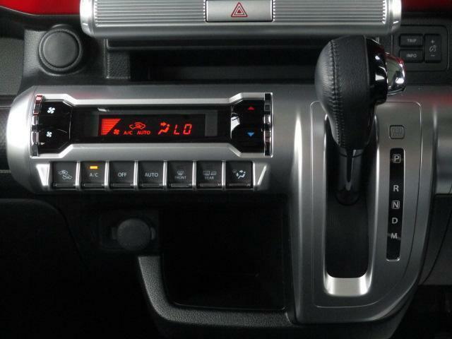 設定した温度に自動調整【オートエアコン】★本革巻シフトノブのインパネシフトは6AT。