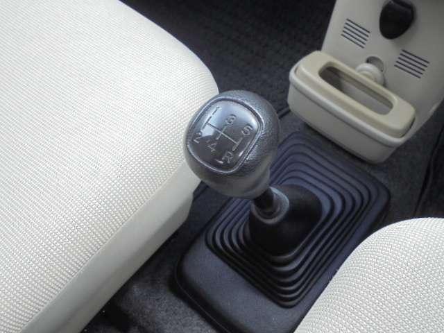 5速マニュアルシフトになっております。 エンジンをかける時はクラッチペダルを踏みながらキーを回します。