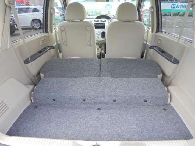 後部座席の背もたれを前方へ倒すとかなり広いトランクスペースになります。