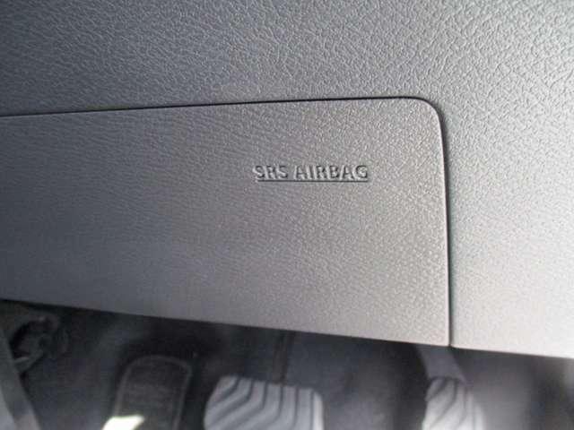 ドライバーの足元を守るエアバッグです。