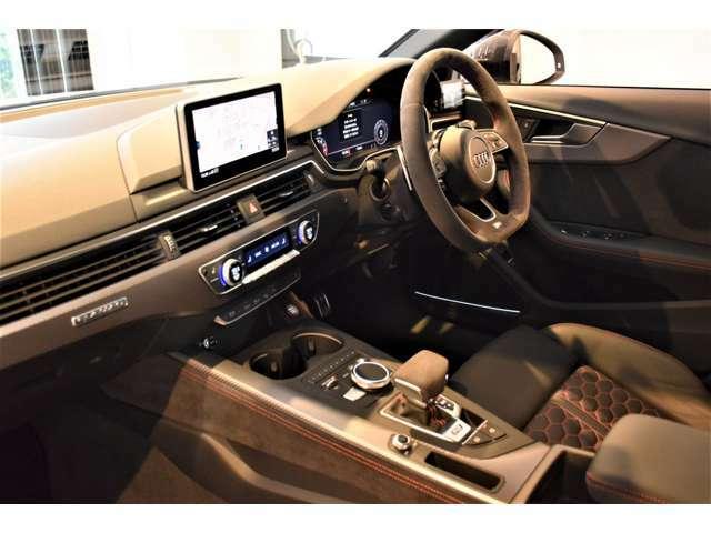デコラティブパネル(カーボン) カラードキャリパー(レッド)  カーボンエンジンカバー  マトリクスLEDヘッドライト  バング&オルフセンサウンドシステム