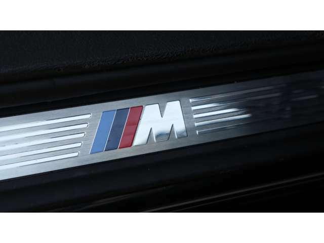 まず、外装色はMスポーツ専用色となる純正ダークブルー『カーボンブラック』で、インテリアはネバダレザーを使用したブラックレザー・スポーツシート/シートヒーター付となります。