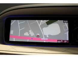 リバースに連動し、車両後方の映像をディスプレイに表示。歪みの少ないカメラと、シャープなディスプレイによる鮮明な画像で後退時の運転操作をサポートします。