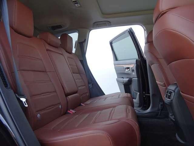 シートのメイン部には上質な本革を使用。表皮の張り分けやステッチなど、仕立てのよさが際立ちます!