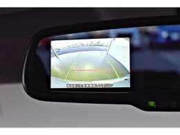 バック連動のモニターを装備☆シフトレバーをバックに入れるとルームミラーのモニターに表示!後方視界は良好で車庫入れをしっかりサポートします。