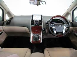 上品な色使いのインパネ廻りです。インパネ中央にナビ画面を配し、ドライバーが感覚的に操作・確認できるよう気配りされた運転席廻りです。
