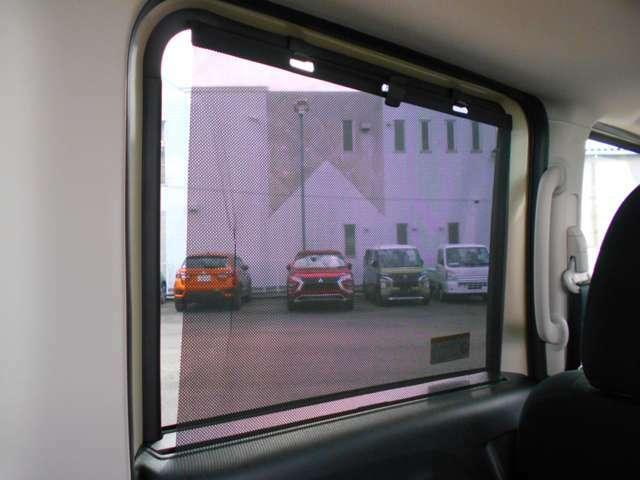 後席には視線や外光からガードするロールアップスクリーンが装備されています。
