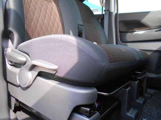 運転席にはレバーでシート高さを調節できるハイトアジャスターを装備☆、体格に合わせた最適なポジションを設定できます。