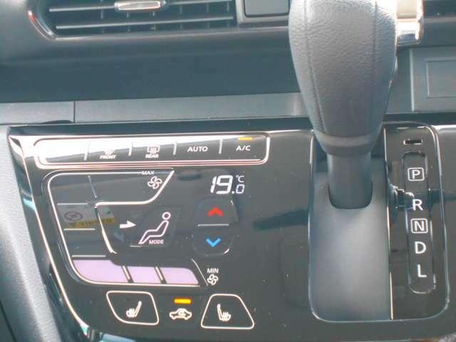 コンパクトに配置されたパネルシフトとエアコンスイッチ☆操作カンタンで運転ラクラク♪パネルシフトのおかげで足元もヒロビロの快適空間!