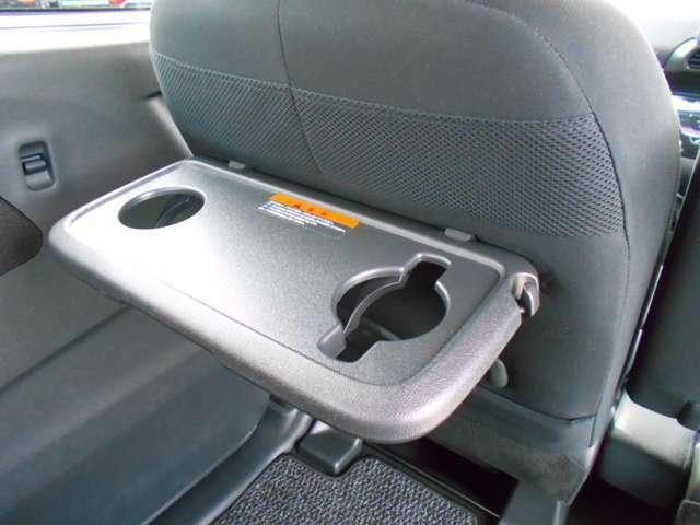 フロント座席背面には、ドリンクホルダー付き簡易テーブルが装備されています。休憩時などに便利にお使いいただけます。走行中にはご利用をお控え下さい。