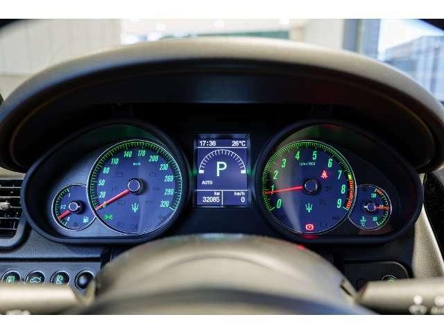 運転席正面のアナログ式タコメーターとスピードメーターの中央に、7インチTFTディスプレイ。シンプルで見やすいメーターまわりです。