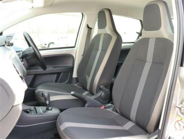 最新の人間工学によって細部にまでこだわって作られたシートは、まるであつらえたようにフィットする適度な固さのシートとなり、乗員の快適さの為に計算つくされたシートになります。
