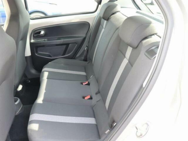 後部座席は2人がけのシートになっております!大きな荷物を載せる際は、シートを倒すことも可能です!