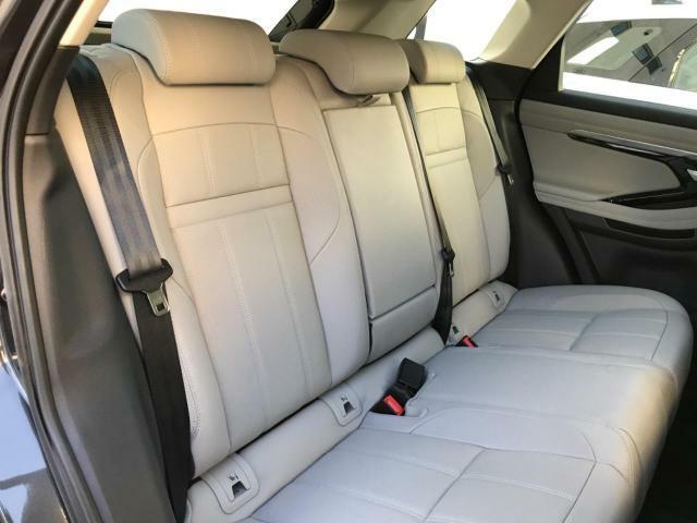 40:20:40分割可倒リヤシート。ゆとりあるスペースと座り心地を考えて設計されたシートで長時間のドライブもお楽しみいただけます。また、シートアレンジで余裕のラゲージスペースも確保可能。