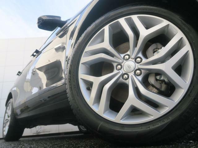 OPの20インチ5スプリットスポークホイール装備!力強さと重厚感を感じさせる太めのスポーク、車体全体のバランスを考慮した洗練されたデザイン性でイヴォークの魅力を際立たせます!