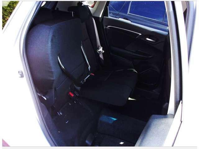 後席の座面を上げると背の高い荷物も積み込めます。