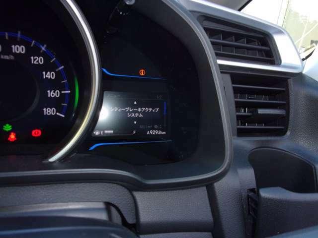 """メーター内右側の""""マルチインフォメーションディズプレイ""""には車両情報を表示。シティブレーキアクティブシステムのON/OFFもこちらで行います。"""
