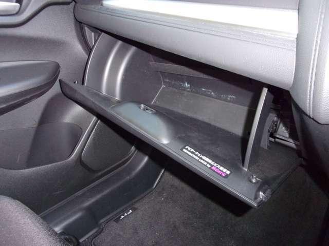 グローブボックスには車検証入れ等を入れられます。