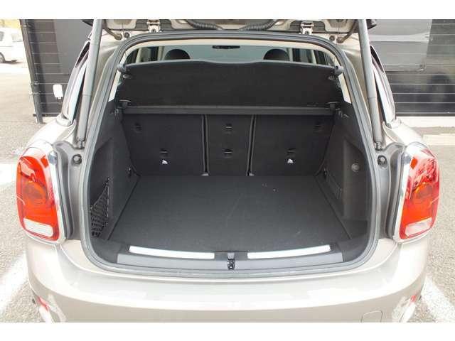 トランクの底面は2重構造です。また、リアシートは3分割になっており荷物の大きさ、量に合わせたアレンジ可能です。