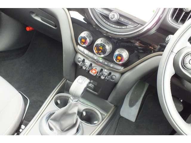 MTモード付8速AT。電動サイドブレーキ採用。