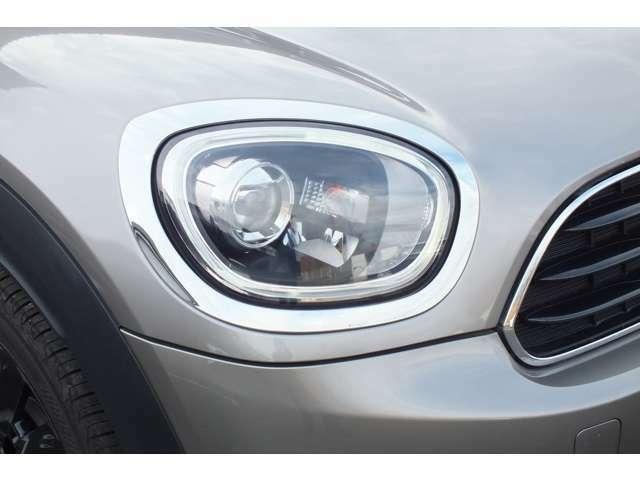 LEDヘッドライト&フロントフォグランプ。キセノンライトに比べて明るさと照射範囲が向上し、消費電力も低減のため省燃費にに貢献。周囲のリング部分はデイライトとして日中ヘッドライトOFF時も点灯します。