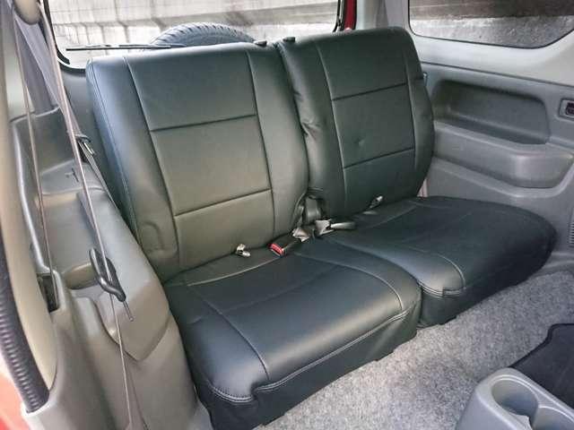 後部座席も専用シートカバーを装備しております♪ワゴンボディですので後部座席も広々乗れます♪