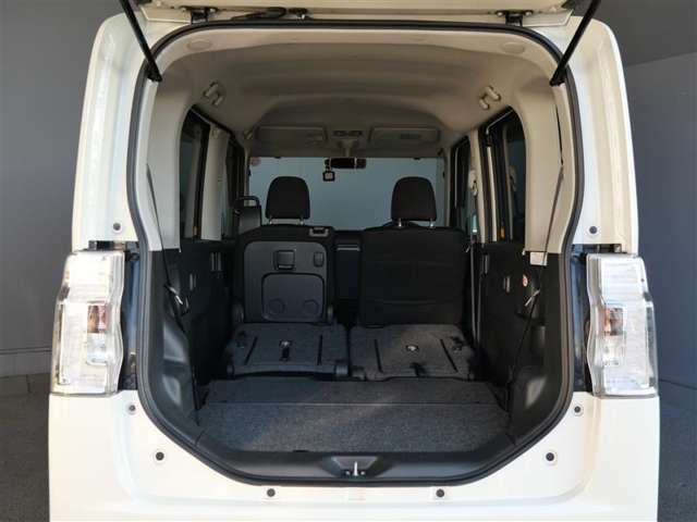【トランク】リアシートはアレンジ可能でご使用の状況に合わせてお使い頂けます! キャンプや旅行が楽しくなりますね♪
