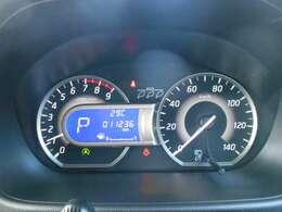 ブルー照明とグレーのグラデーションがクールな専用メーター、航続可能距離・燃費情報なども表示するセンターディスプレイとエコドライブが楽しくなるエコインジケーター付き。
