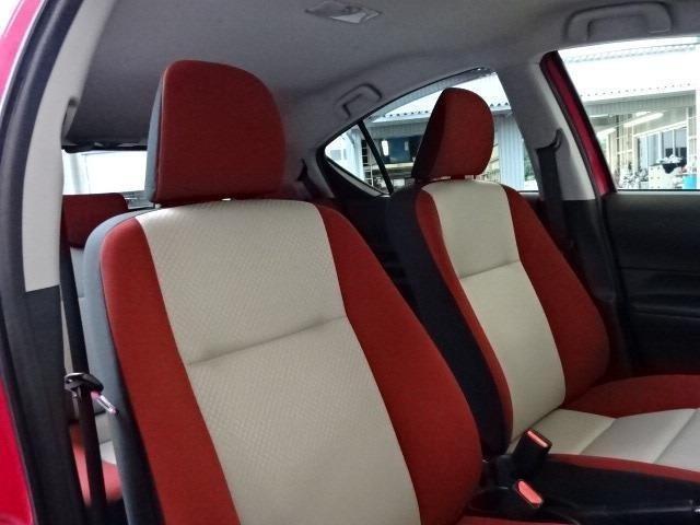 インテリアカラーはブラック&レッド基調!ツートンカラー調のシート座面もワンポイントです!