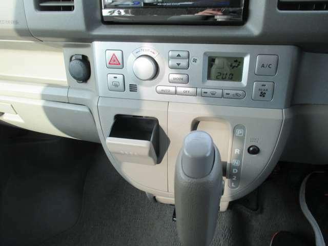 シフトレバーにはオーバードライブボタンが付いております。下りの坂道でボタンON!でシフトダウンしてスマートな運転が出来ます☆