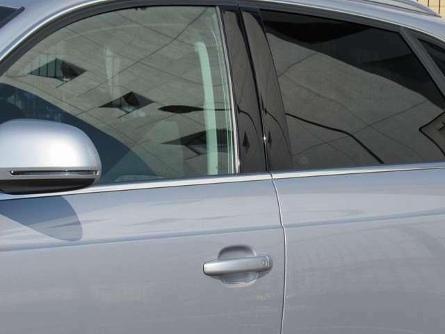 ドアに付いているメッキモールが白っぽくくすんだ状態の車を見かけますが、手入れ等が悪かったりする場合の現象です。このQ3には全くその現象がなく、従来の手入れの良さが判ります。