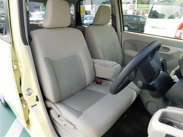 フロントシートは大型センターアームレスト付きベンチタイプシートで広々快適♪