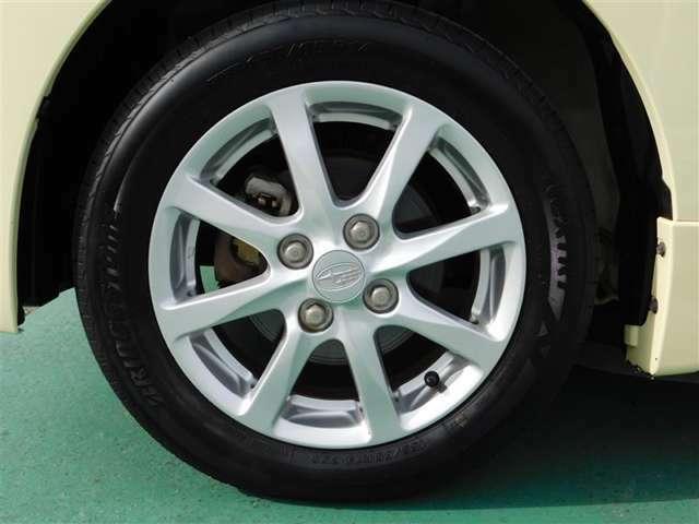 155/65R14タイヤに純正アルミホイールを装備。足元をスタイリッシュに輝かせています。