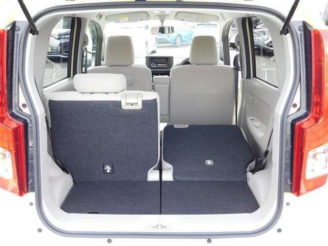 リヤシート前方倒し状態です。2人乗り、3人乗り状態の時には、さらに大きな荷物も積載できます。