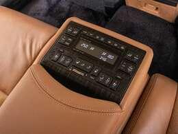 後席のセンターコンソールです。シートヒーターやリクライニング機能付きです。