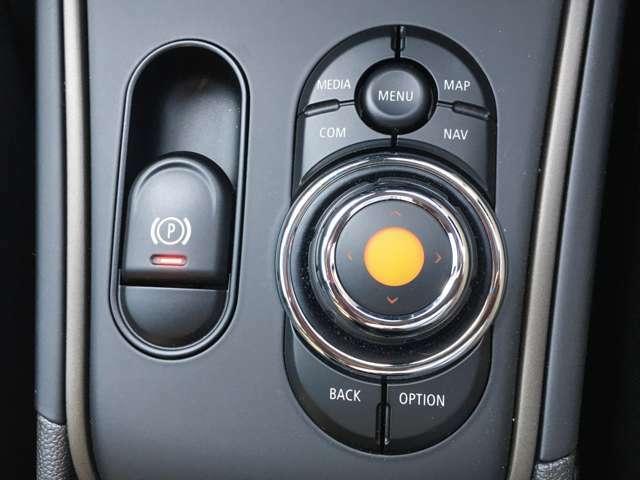 ナビのコントローラーと電子式パーキングブレーキスイッチが手元に備わります。