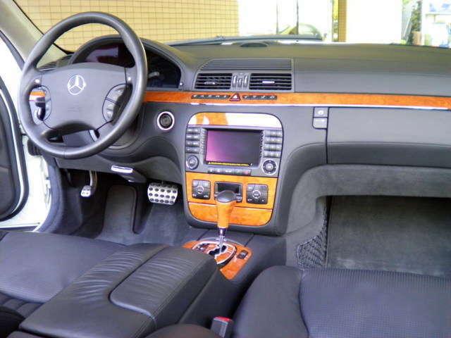 内装はブラックナッパフルレザー、チェスナットウッド、ベンチレーター&シートヒーター&マルチコントロールシートバッグ、純正DVDナビ、ETC、BOSEサウンドシステム付です。禁煙車となります。