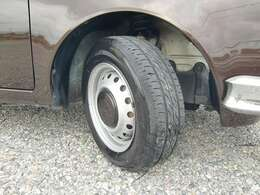 純正14インチスチールホイール+専用センターホイールキャップ装着、タイヤは安心のブリジストン製タイヤ7-8部山残