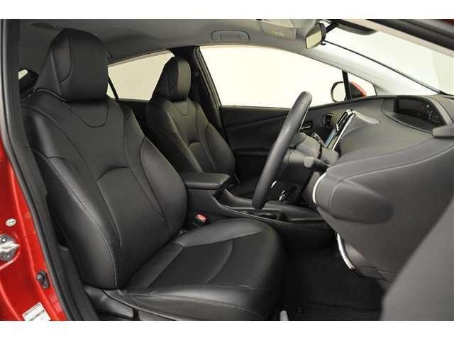 運転席/助手席です。 シンプルながら乗り心地が良く、ホールド感もあり疲れにくいシートです。
